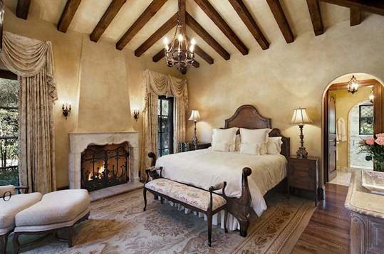 Jedna z devíti ložnic