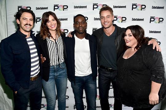 S kolegy ze seriálu Tohle jsme my, zleva: Milo Ventimiglia, Moore, Sterling K. Brown, Justin Hartley a Chrissy Metz