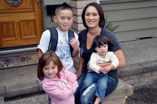 Rachel vypadaly vlasy před pěti lety, nemoc se postupně začala projevovat i u jejích dcer.