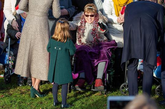 Od vozíčkářky Gemmy dostala hračku, pak ji objala.