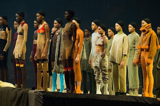 Modely z poslední kolekce Kanyeho Westa jsou dost bizarní na to, aby z ní pocházely i Kiminy stahovačky...