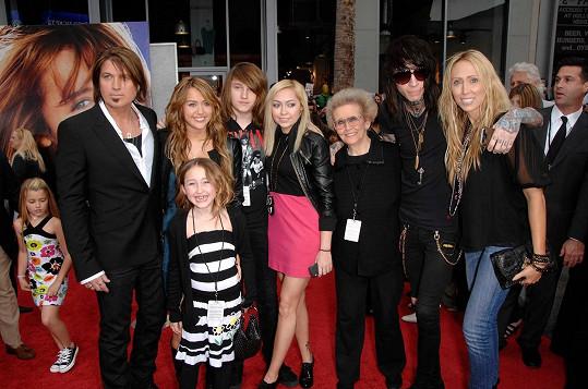Miley Cyrus zastínila všechny členy slavného klanu. Zleva: otec Billy Ray, Miley a nejmladší Noah, Braison, Brandi, babička Cyrus, Trace a matka klanu Tish (archivní foto)