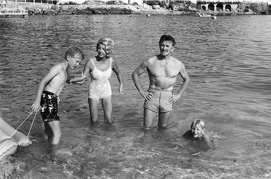 Diana s tehdy ještě manželem Kirkem Douglasem a jejich syny Michaelem a Joelem.