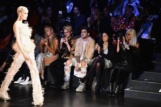 Jednotlivé modely si skoro všichni chtěli zaznamenat na své telefony... Vedle Paris se usadili Randy Jackson, Adam Lambert a Bebe Rexha.