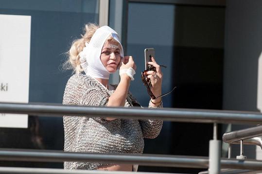 Sotva opustila kliniku, musela si udělat selfie.