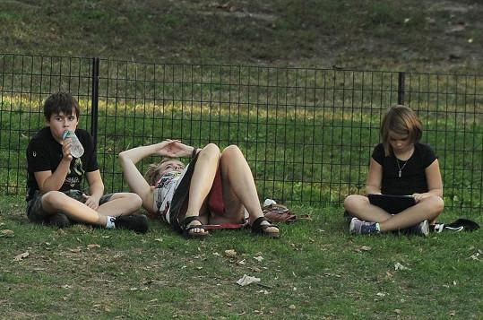 Herečka vzala děti do parku. Péče o ně ji očividně zmáhá.