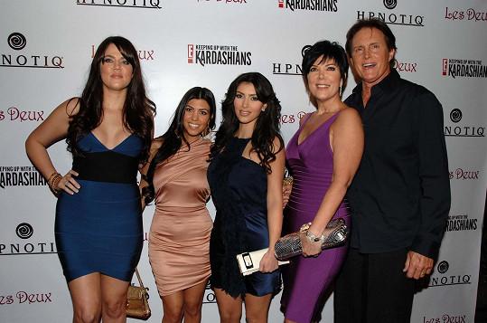 Bruce s exmanželkou Kris a jejími dcerami Kim, Khloé a Kourtney