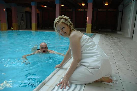 Přeučil se udržuje v kondici plaváním.