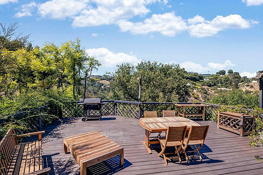 Výhled z terasy je do přírody.