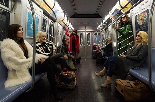 V Ocean's Eight se krom Rihanny představí také Sandra Bullock. V rolích jejích parťaček uvidíte ještě Cate Blanchett, Anne Hathaway nebo třeba Helenu Bonham Carter.