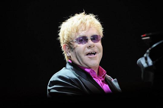 Elton John s matkou nemluví už několik let.