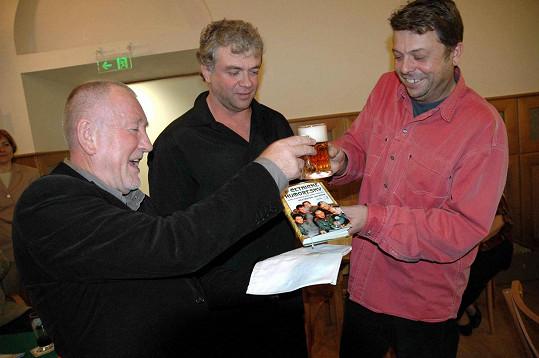 Dnes se Jan Cézar (uprostřed) profiluje především jako spisovatel.