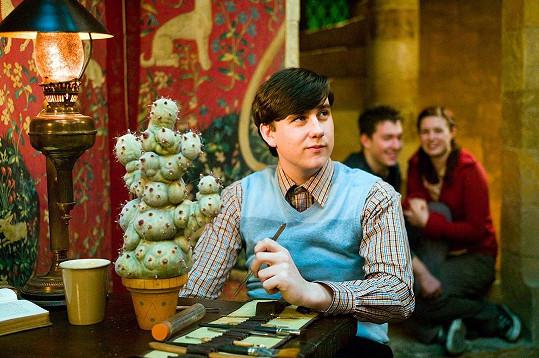 Matthew Lewis během natáčení na několik dní ohluchl.