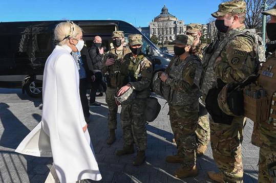 Přišla pozdravit reprezentanty národní gardy.