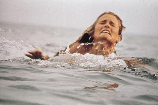 Záběry ve vodě zmítající se ženy vytvořily jeden z nejděsivějších filmových úvodů.