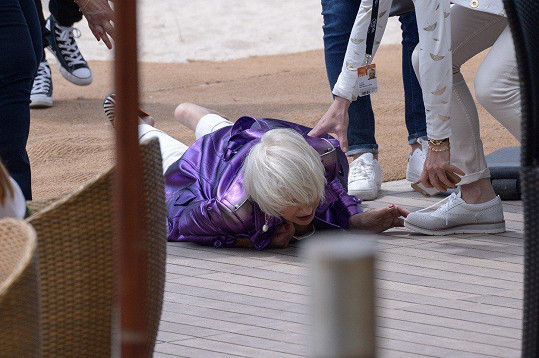 Druhý pád Helen Mirren v roce 2018 na pláži v Cannes