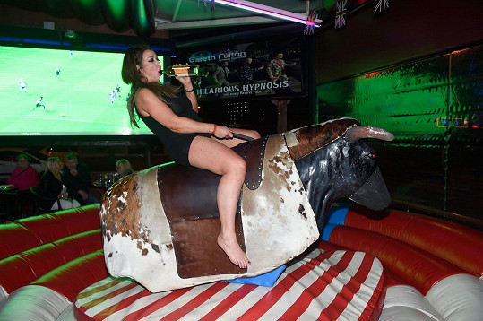 Jízdu na býkovi zahájila s flaškou.