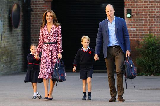 Kate a William s princeznou Charlotte a princem Georgem na cestě do školy