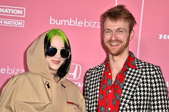 S bratrem Finneasem, který je také hudebník a se svou mladší sestrou vystupuje.