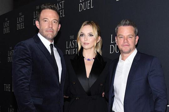 Ben Affleck, Jodie Comer a Matt Damon na premiéře snímku Poslední souboj, kde všichni hrají.