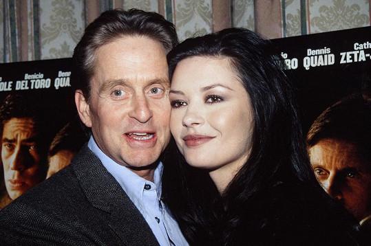 Michael Douglas a Catherine Zeta-Jones v roce 2000, kdy se vzali.