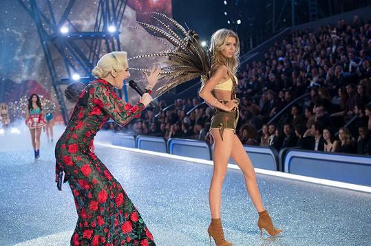Lady Gaga vystoupila na přehlídce spodního prádla.