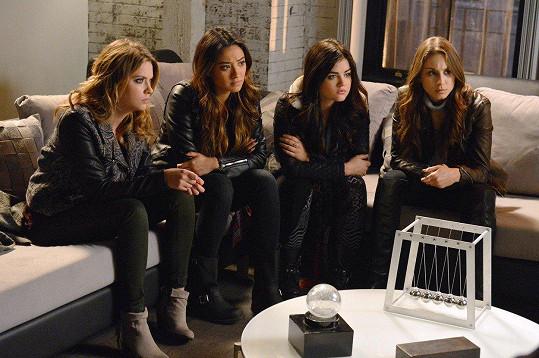 S kolegyněmi v seriálu Prolhané krásky, zleva: Ashley Benson, Shay Mitchell, Lucy Hale a Troian Bellisario