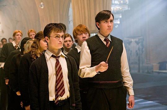 Matthew Lewis (vpravo) a Daniel Radcliffe si zahráli ve filmech o Harrym Potterovi.