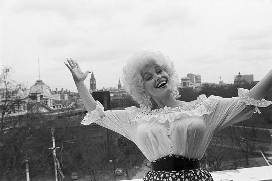 Dolly Parton na začátku osmdesátých let. Z jejího hrudního koše šel strach.