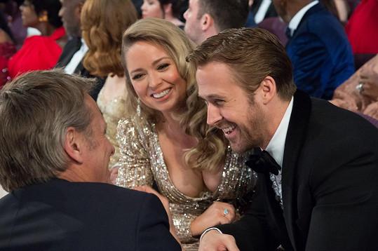 Sestra Ryana Goslinga zvolila odvážnou třpytící se róbu...