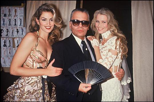 Cindy Crawford spolu s Karlem Lagerfeldem a Claudií Schiffer v roce 1993.