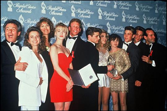 Tata (úplně vlevo) s kolegy na galavečeru People's Choice Award, odkud si herci v roce 1992 odnesli cenu za nejoblíbenější televizní seriál pro mladé.