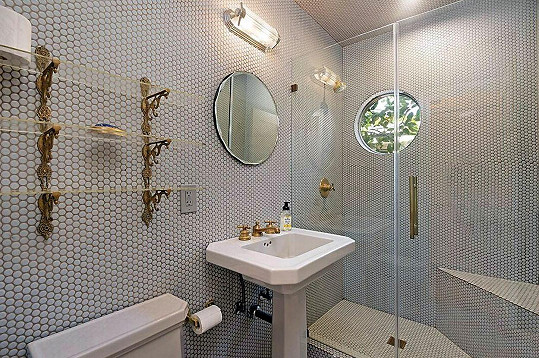 V domě jsou dvě koupelny.
