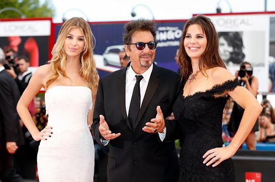 Camilla Morrone (vlevo) s matkou Lucilou Solou a hercem Al Pacinem, který jí byl roky otčímem.