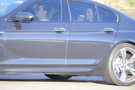 A tak si teď Orlando Katy veze ve svém autě...