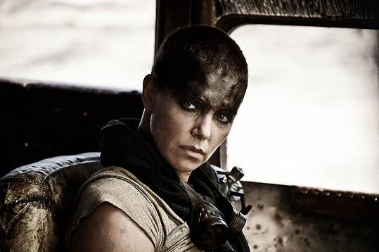 Oholenou hlavu měla ve filmu Šílený Max: Zběsilá cesta.