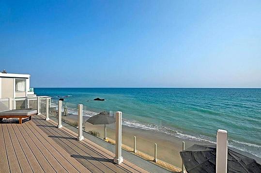 Velká terasa přímo nad pláží.