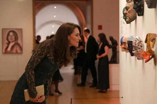 Kate si prohlížela vystavené portréty.