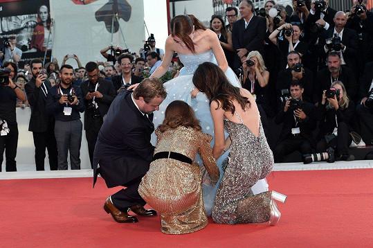 Pomáhali jí i herecké kolegyně a režisér.