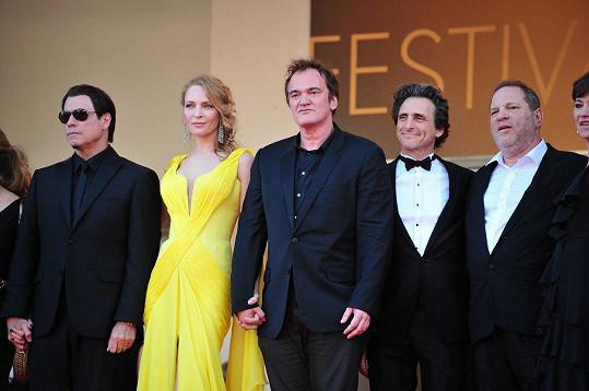 Uma na společném snímku s režisérem krváků Kill Bill Quentinem Tarantinem (uprostřed) a jejich producentem a údajným sexuálním predátorem Harveym Weinsteinem (vpravo).
