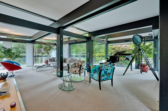 V domě je krásný stylový nábytek.