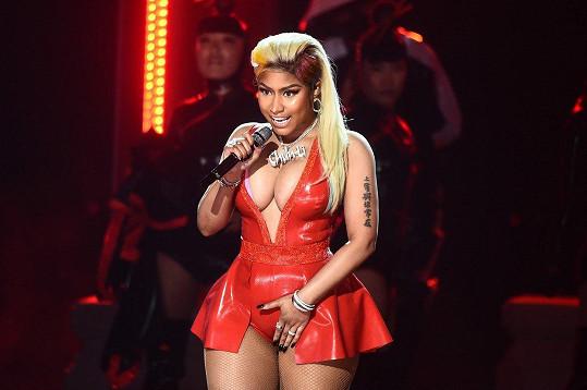 Nicki Minaj a její latexové vystoupení.