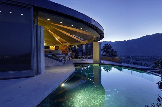Tento dům v Palm Springs inspirovaný vesmírnou lodí se objevil v bondovce Diamanty jsou věčné.