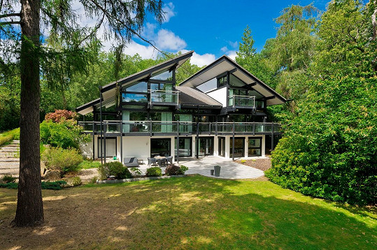 Antonio Banderas prodává svůj dům v Surrey.