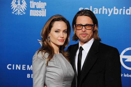 S otcem dětí Bradem Pittem se Jolie rozvádí.