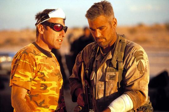 David O. Russell (vlevo) proslul svým popudlivým chováním, dokonce se popral s Georgem Clooneym.