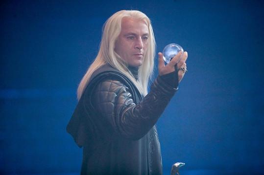Diváci poukazovali na značnou podobu s postavou Malfoye (Jason Issacs) z Harryho Pottera.