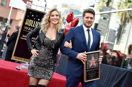 Michael Bublé s manželkou na hollywoodském chodníku slávy, kde zpěvák loni získal svoji hvězdu.