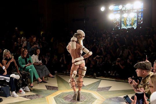 Objektem Brooklynova zájmu byla extravagantní móda z dílny Pam Hogg.