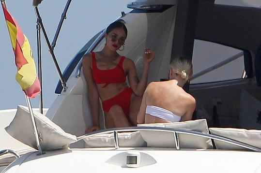 Olivia Culpo využívá jachtu k relaxaci i jako pozadí pro nové snímky.